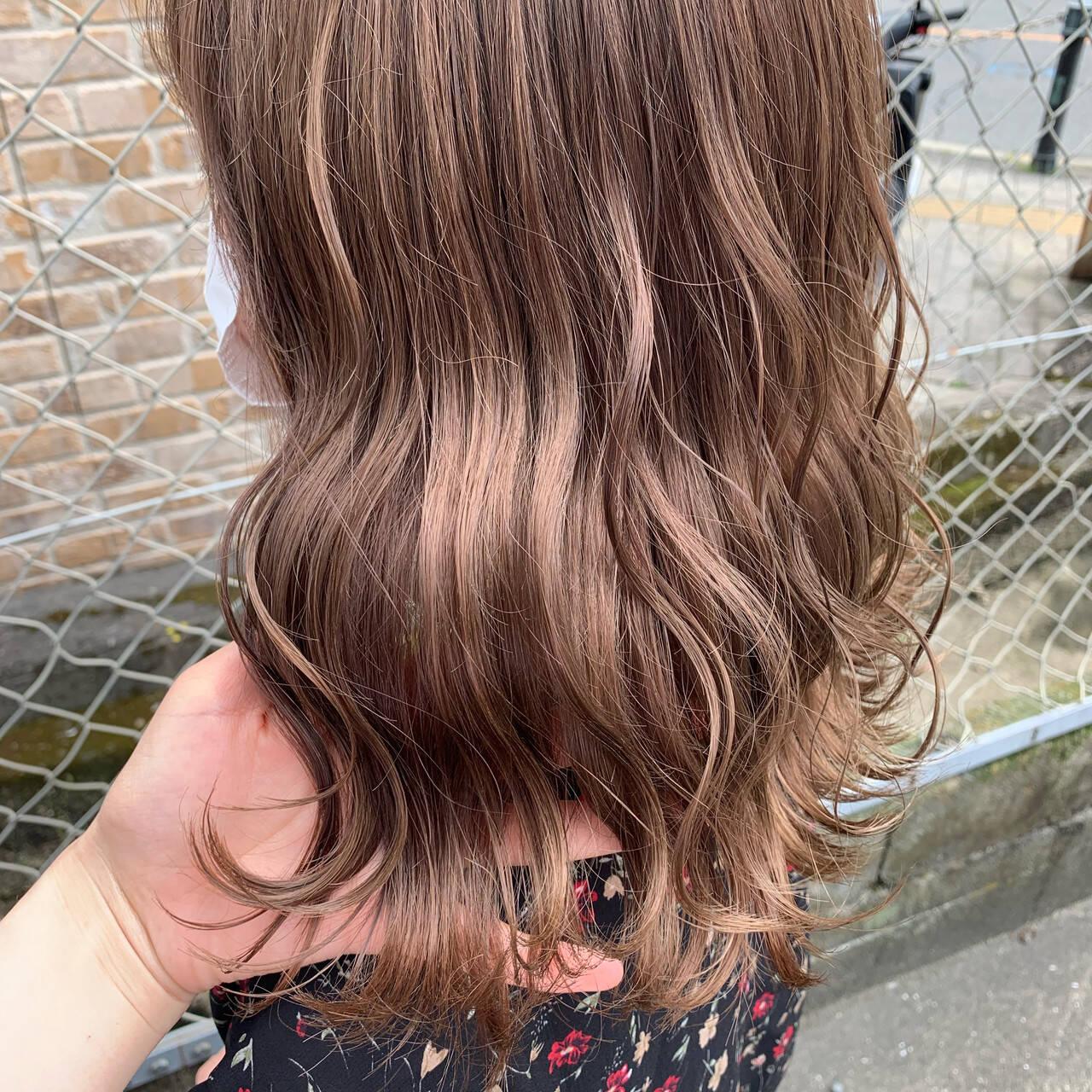 ラベンダー ピンクベージュ セミロング フェミニンヘアスタイルや髪型の写真・画像