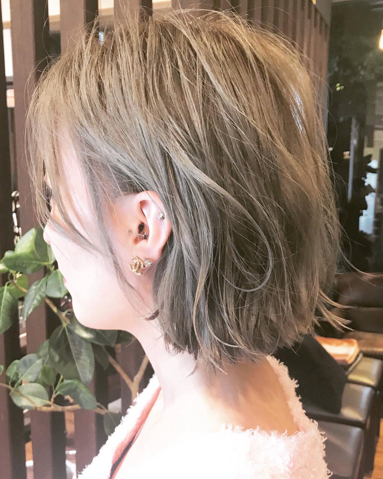 耳かけ 切りっぱなし ストリート グレージュヘアスタイルや髪型の写真・画像