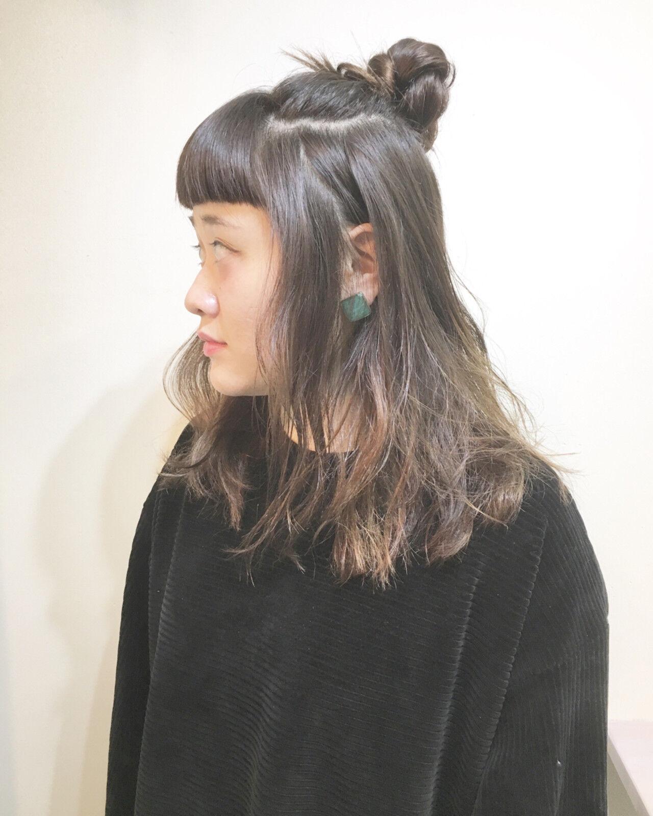 ナチュラル リラックス お団子 ハイトーンヘアスタイルや髪型の写真・画像