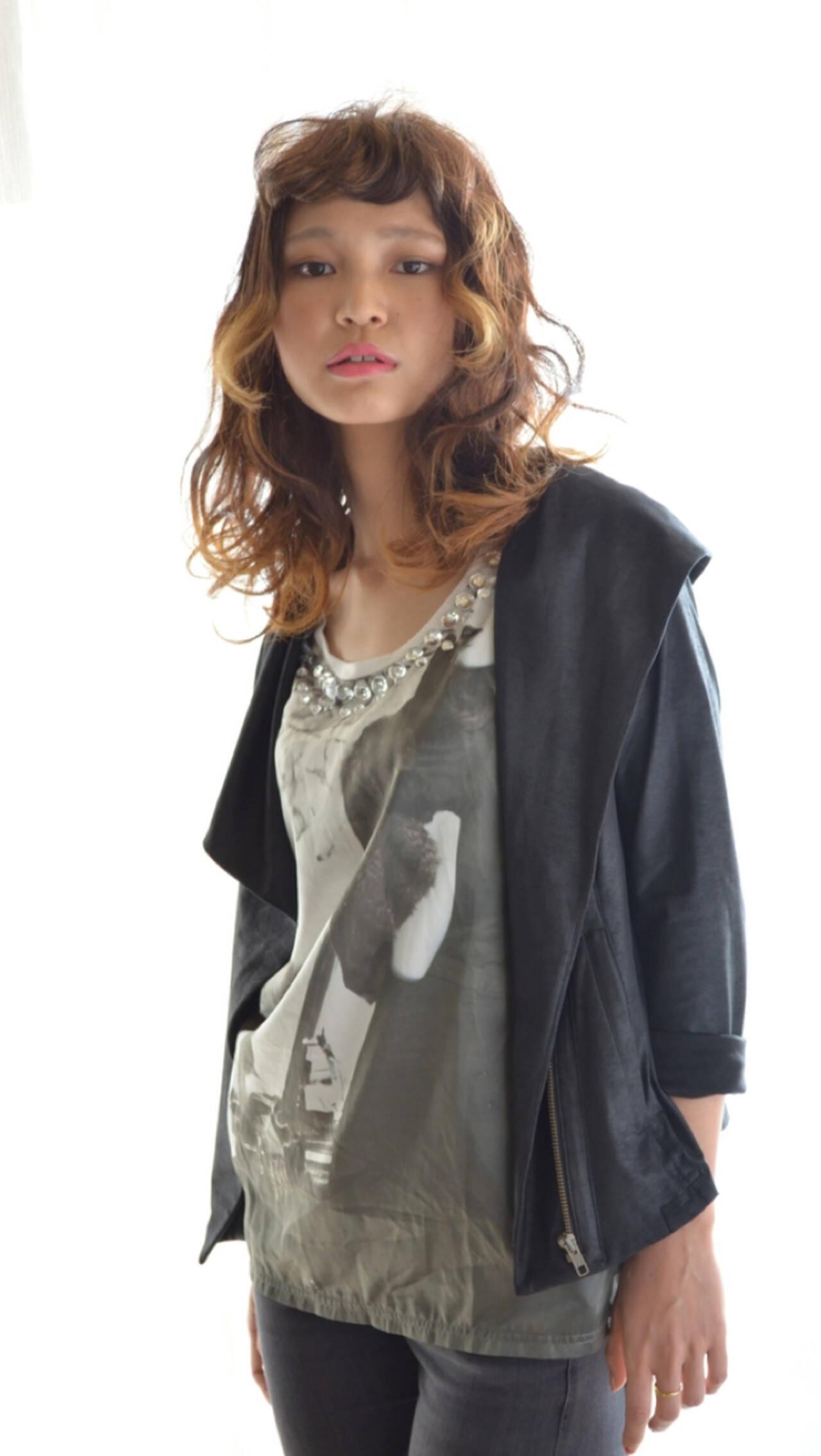 セミロング グラデーションカラー アッシュ モードヘアスタイルや髪型の写真・画像