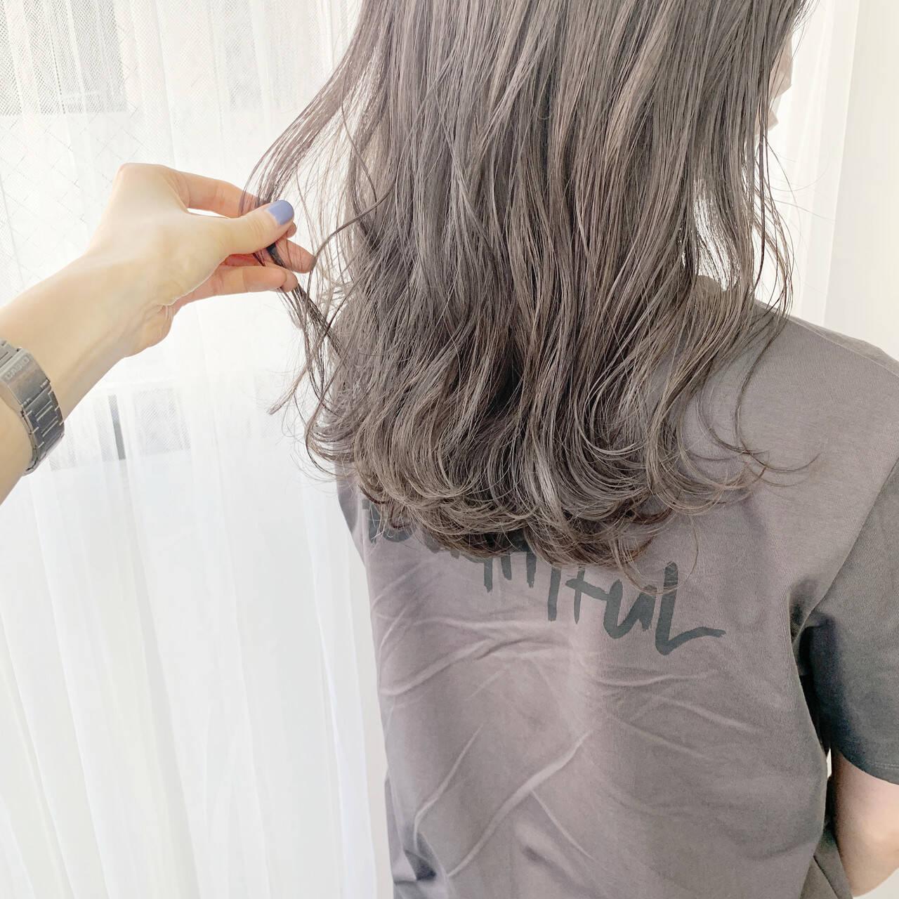 ナチュラル ラベンダーグレージュ ミディアムレイヤー グレージュヘアスタイルや髪型の写真・画像
