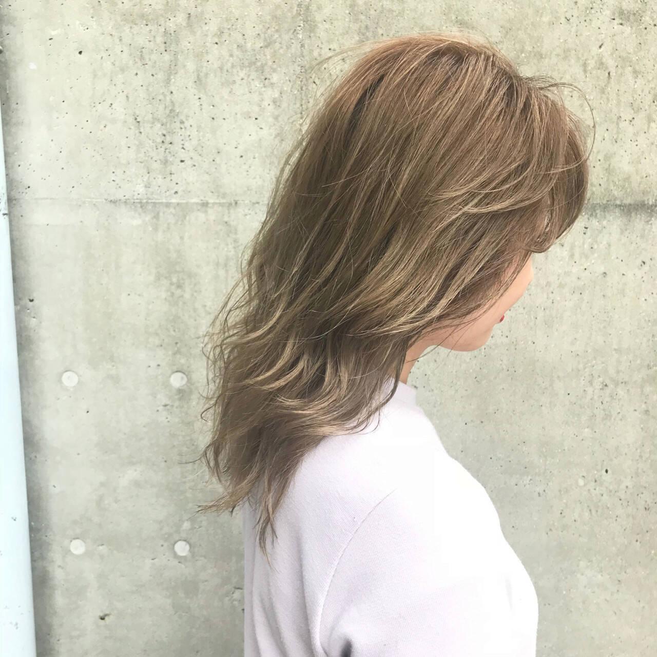 ハイライト アッシュグレージュ ミディアム グレージュヘアスタイルや髪型の写真・画像