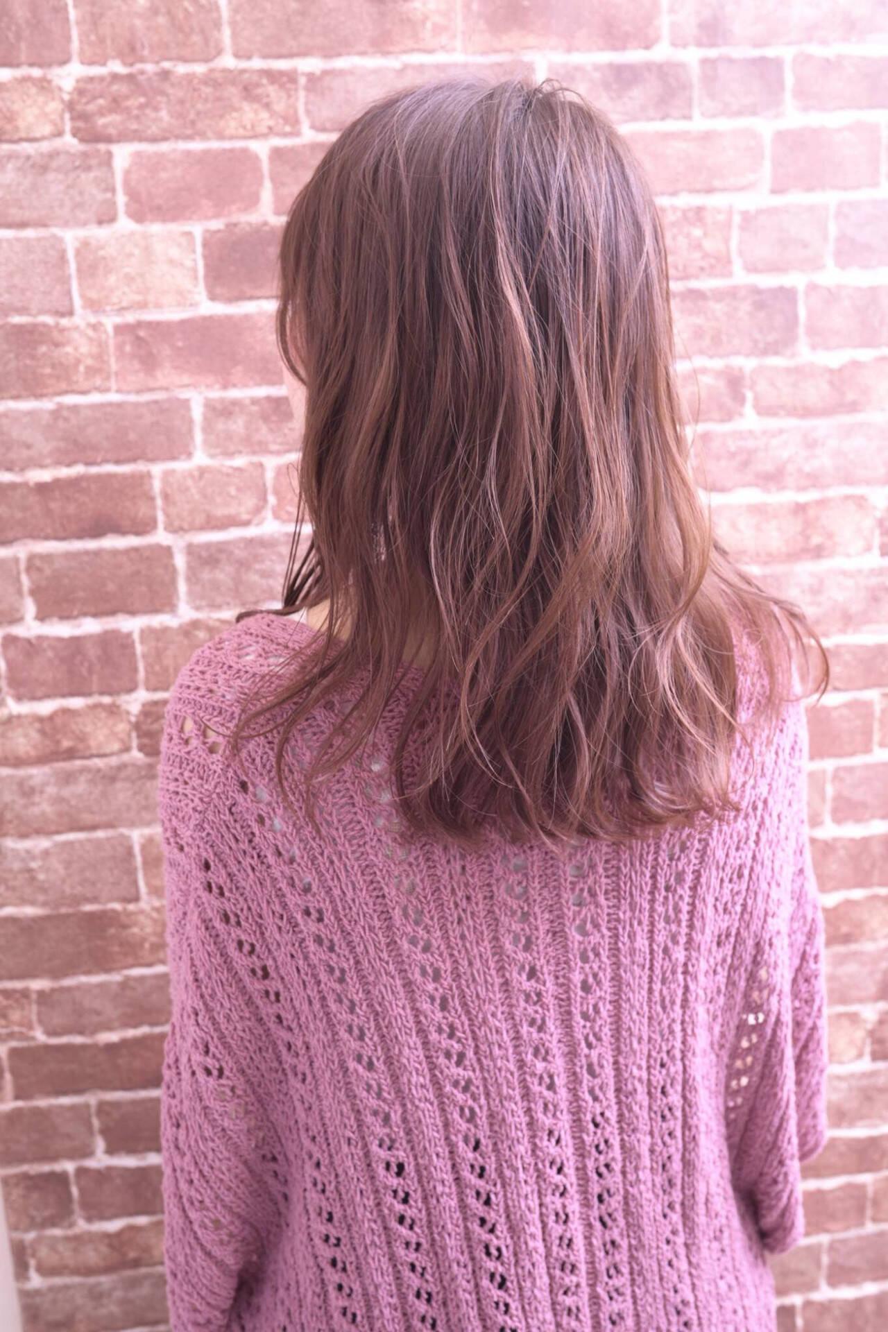 巻き髪 ゆる巻き ナチュラル ピンクベージュヘアスタイルや髪型の写真・画像