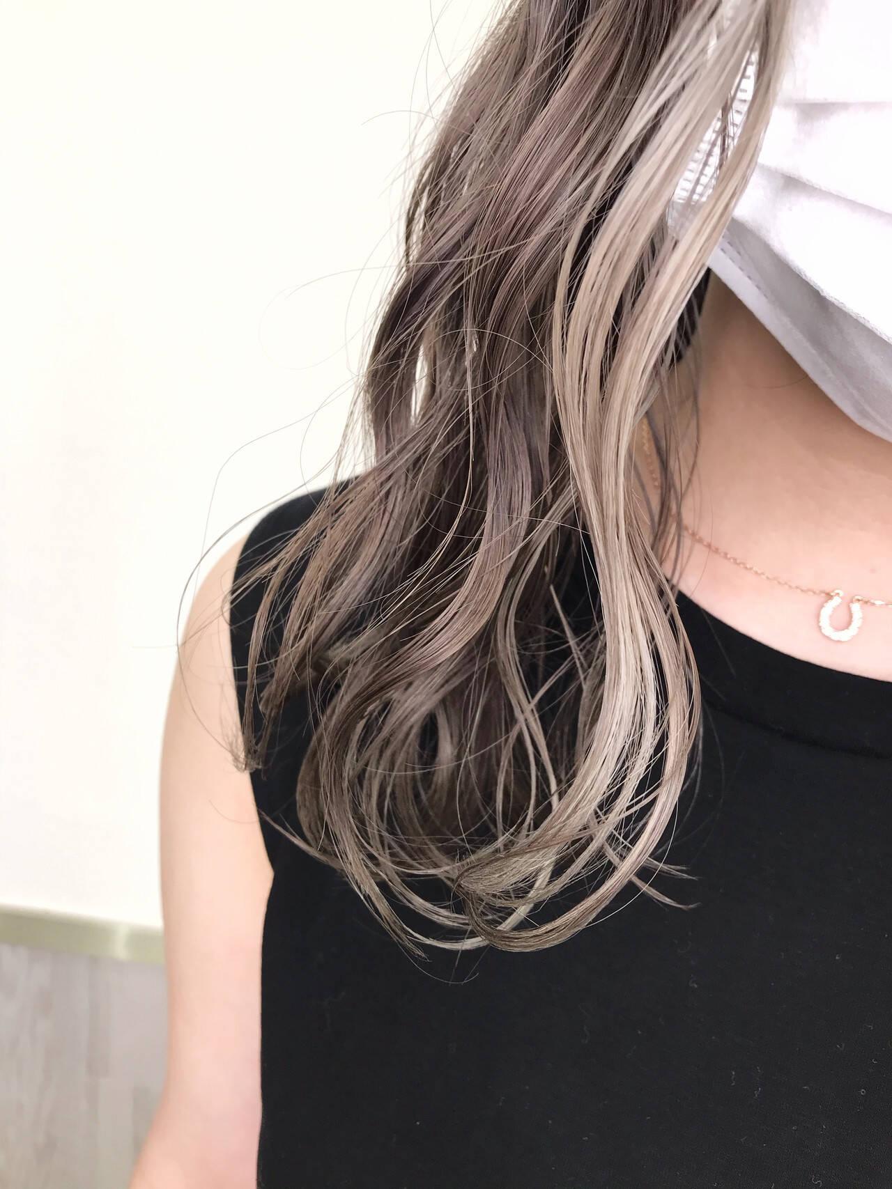 プラチナブロンド グレージュ インナーカラー ハイライトヘアスタイルや髪型の写真・画像