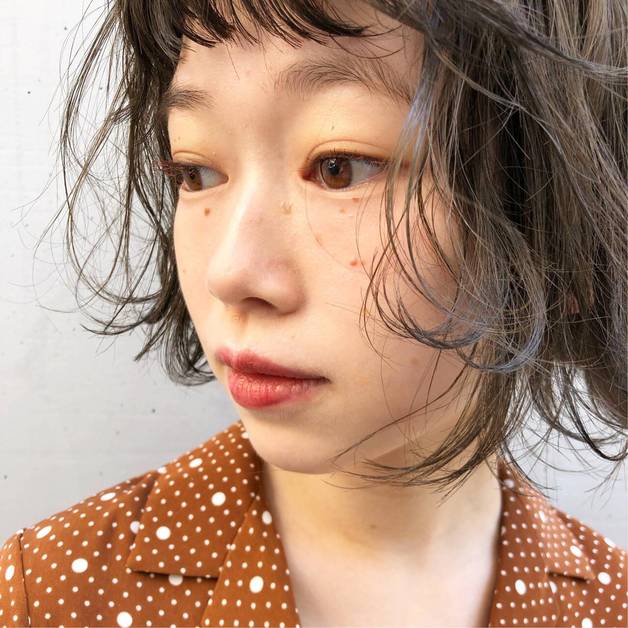 ベージュ レイヤーカット 切りっぱなしボブ アンニュイヘアスタイルや髪型の写真・画像