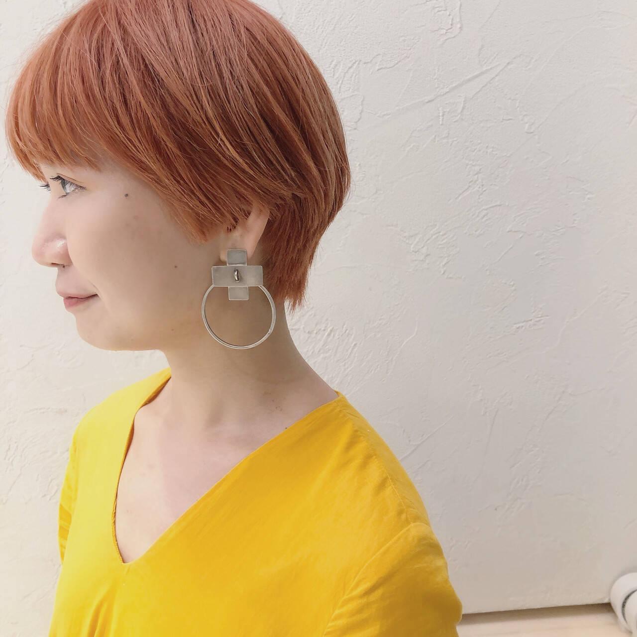 オレンジベージュ ストリート サーモンピンク ショートヘアスタイルや髪型の写真・画像