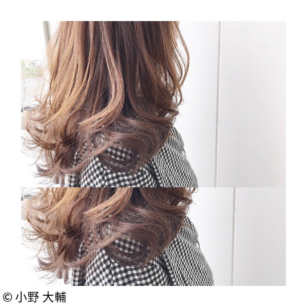 ウェーブ ナチュラル 透明感 アッシュベージュヘアスタイルや髪型の写真・画像