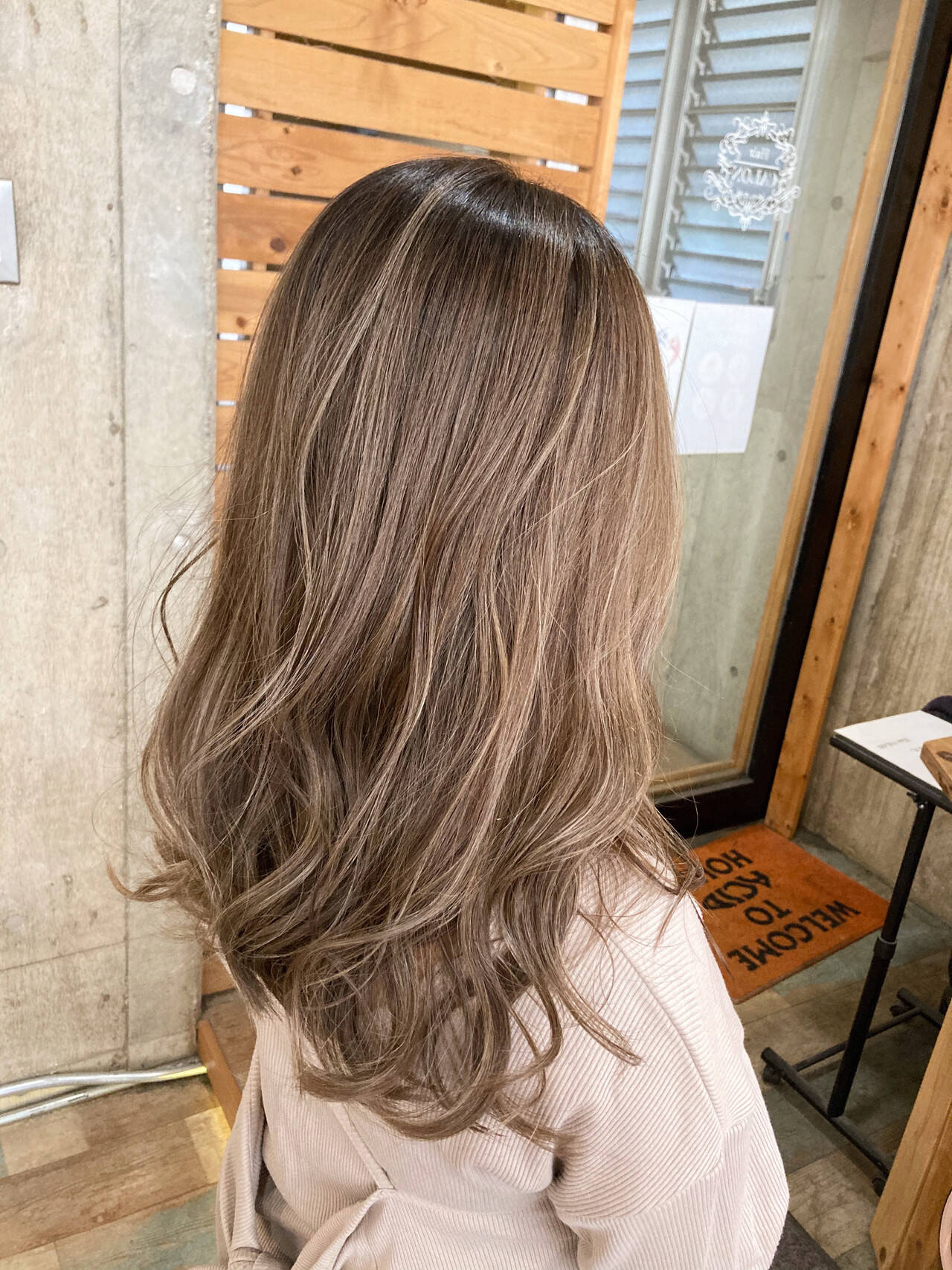 ミルクティーベージュ ベージュ シアーベージュ セミロングヘアスタイルや髪型の写真・画像