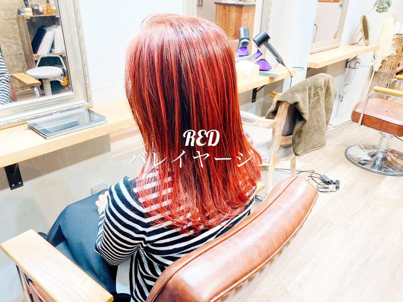 ミディアム コーラル ストリート チェリーレッドヘアスタイルや髪型の写真・画像