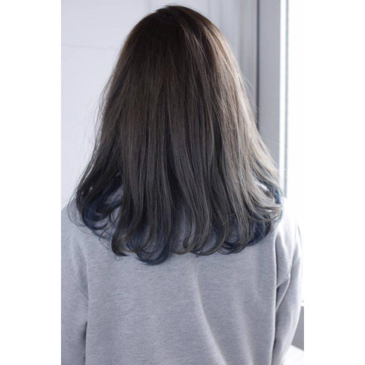 インナーカラー グレー ネイビー ナチュラルヘアスタイルや髪型の写真・画像