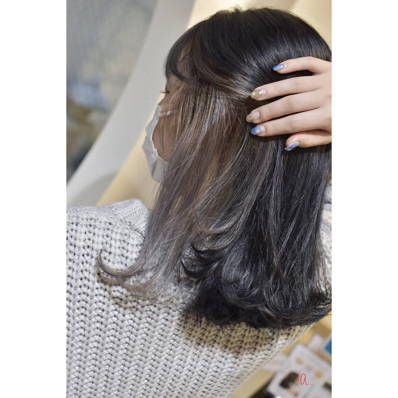 セミロング インナーカラーシルバー シルバーアッシュ シルバーグレーヘアスタイルや髪型の写真・画像