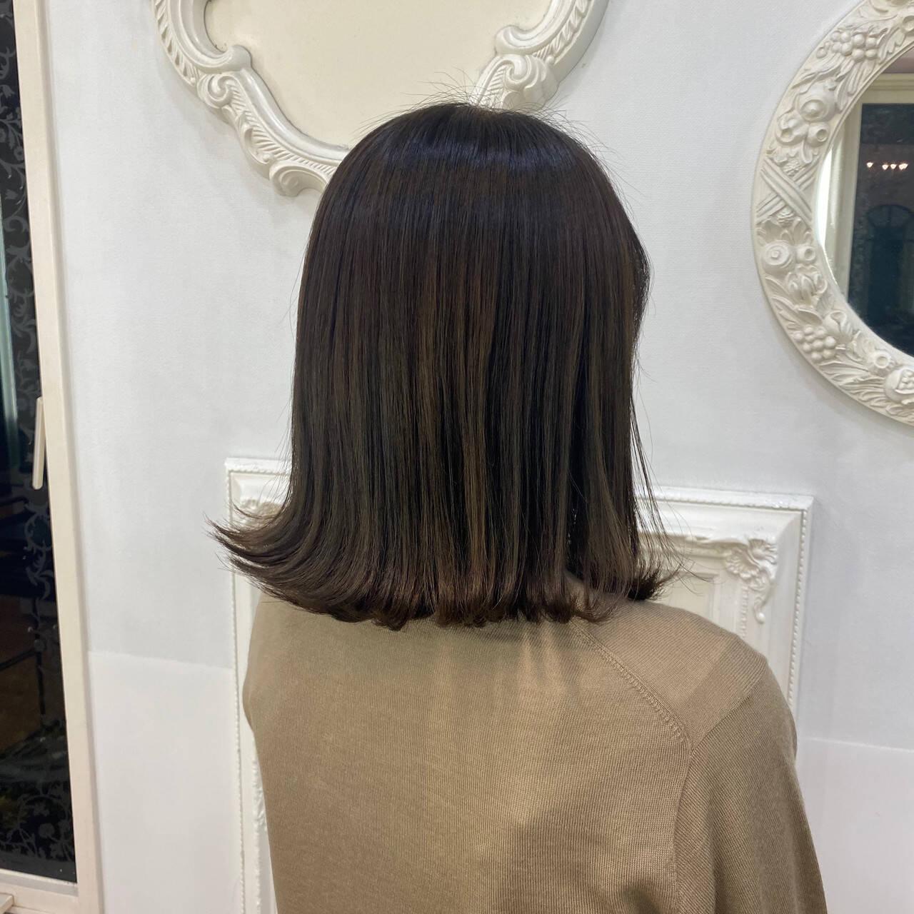 セミロング オリーブベージュ オリーブグレージュ ナチュラルヘアスタイルや髪型の写真・画像