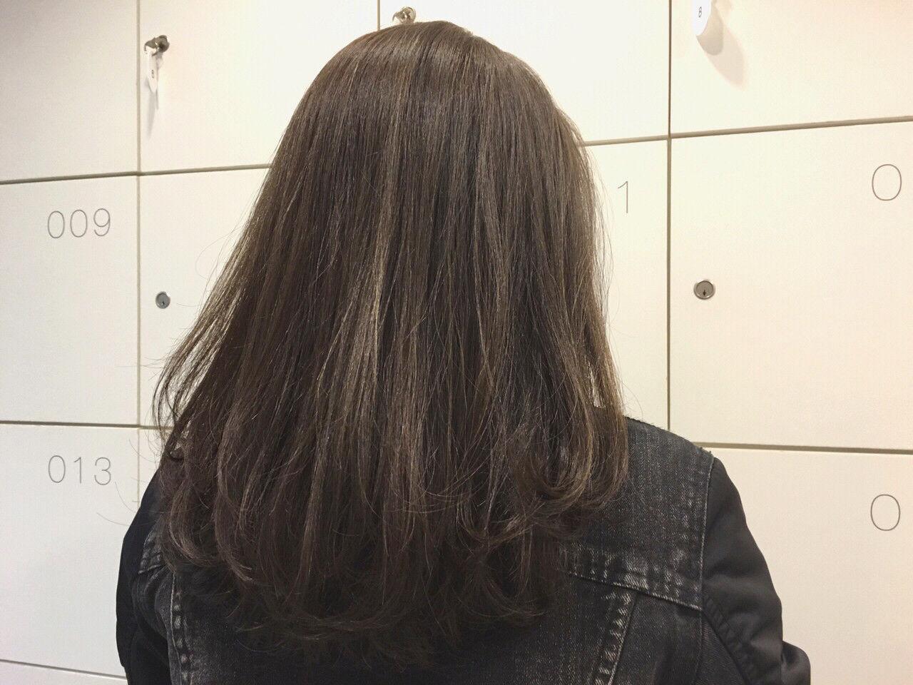 ミディアム ナチュラル アッシュグレージュ ハイライトヘアスタイルや髪型の写真・画像