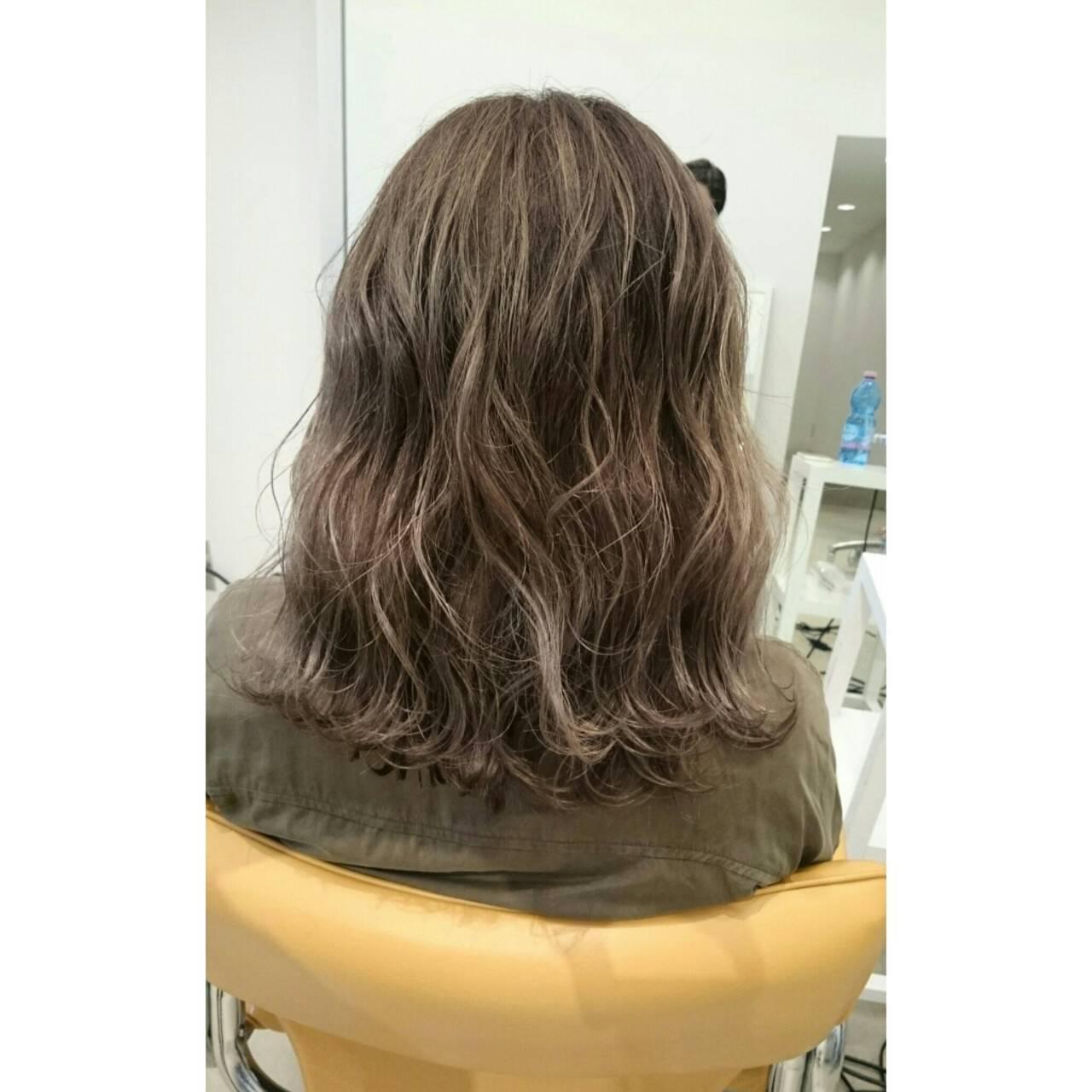 ミディアム ブラウン 波ウェーブ 外国人風ヘアスタイルや髪型の写真・画像