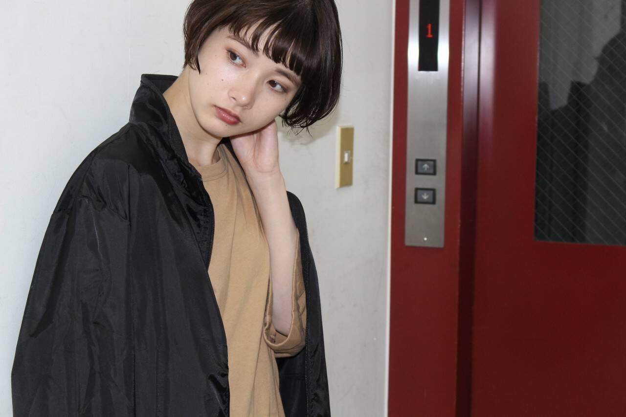 ショート 暗髪 ショートバング くせ毛風ヘアスタイルや髪型の写真・画像