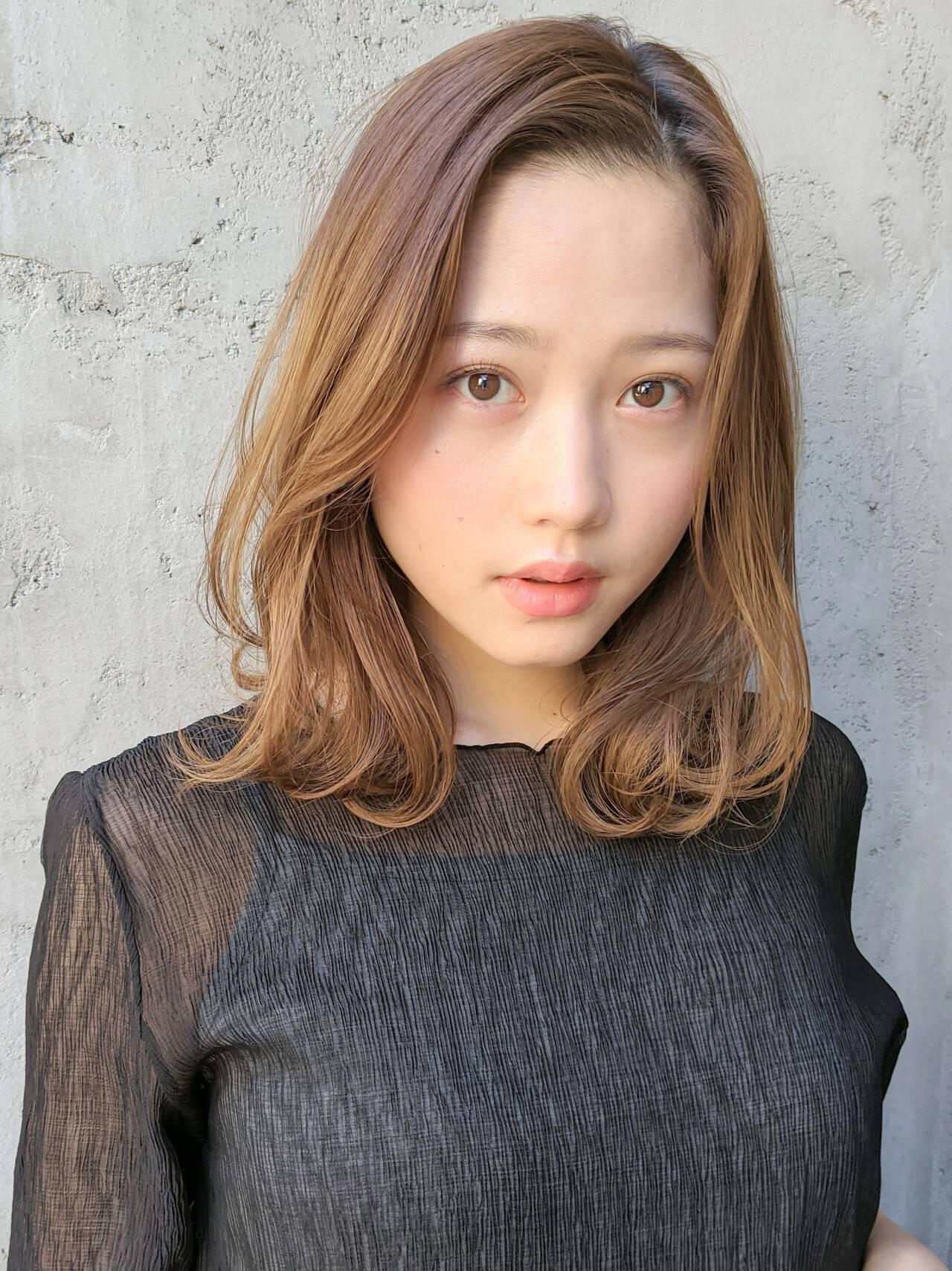 インナーカラー コテ巻き風パーマ 大人カジュアル 髪質改善ヘアスタイルや髪型の写真・画像