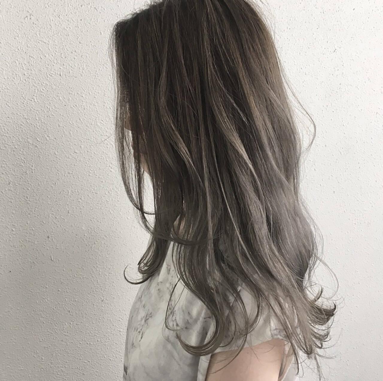 ハイライト グレージュ ロング ブリーチヘアスタイルや髪型の写真・画像