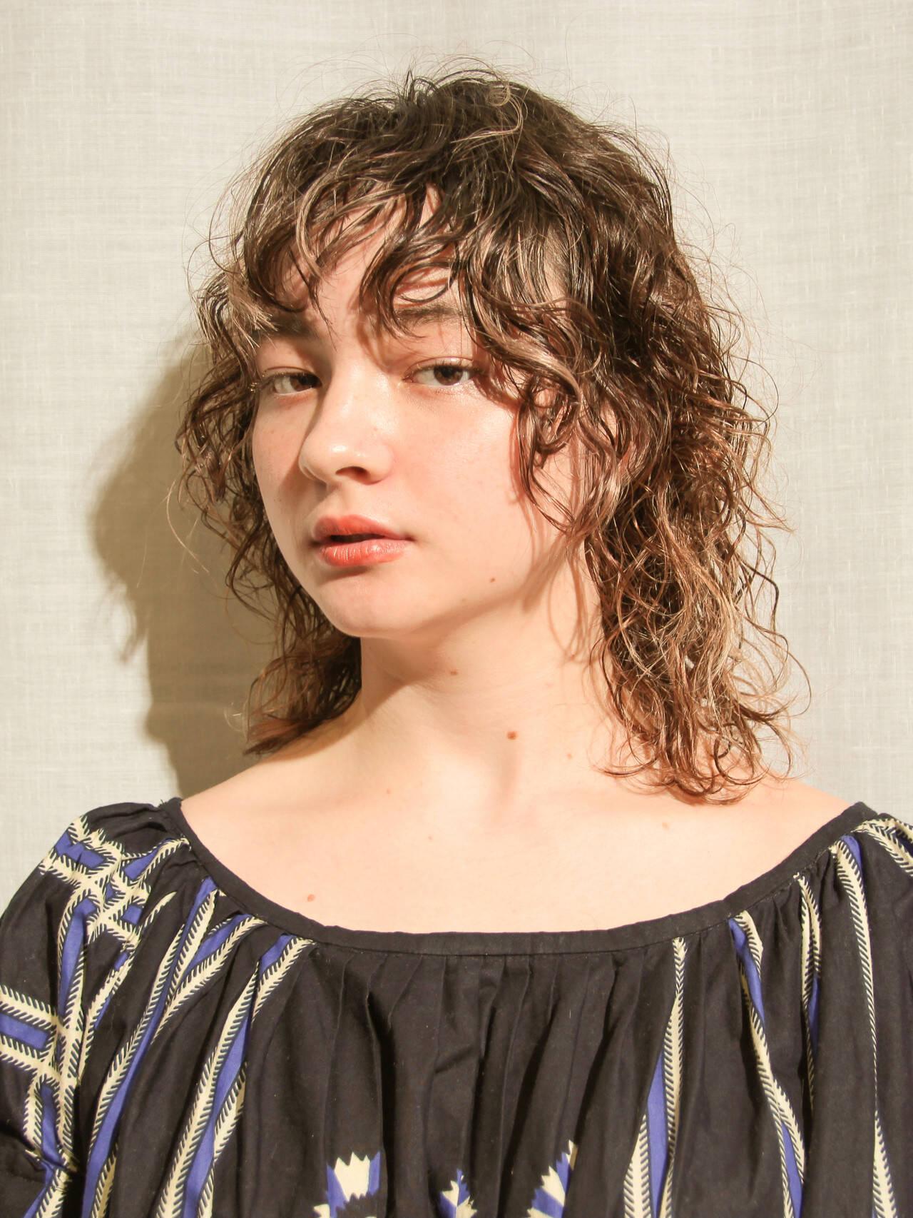 ゆるウェーブ ミディアムレイヤー くせ毛 ウルフカットヘアスタイルや髪型の写真・画像