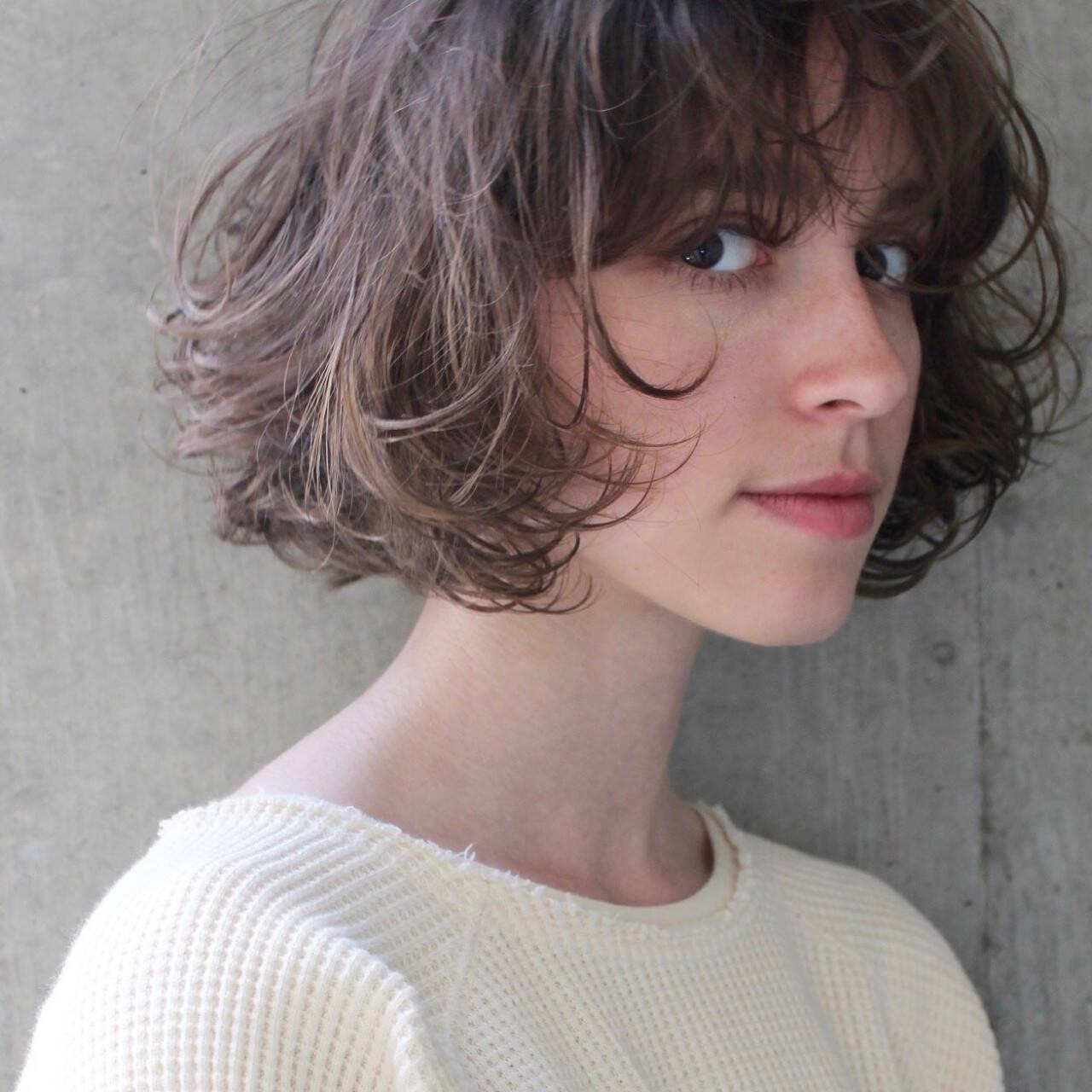 パーマ アッシュ 色気 斜め前髪ヘアスタイルや髪型の写真・画像