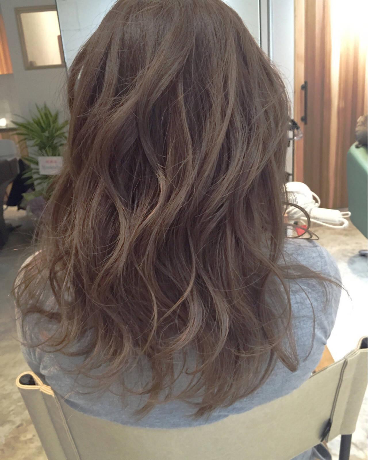 グレージュ アッシュベージュ ロング ナチュラルヘアスタイルや髪型の写真・画像