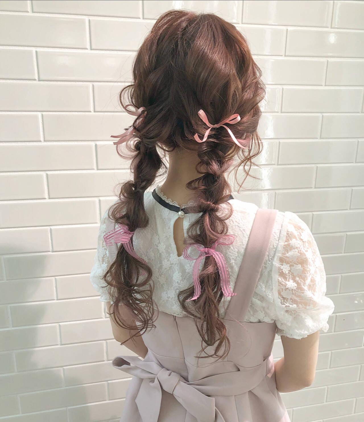 ヘアアレンジ ロング 編みおろしツイン ガーリーヘアスタイルや髪型の写真・画像