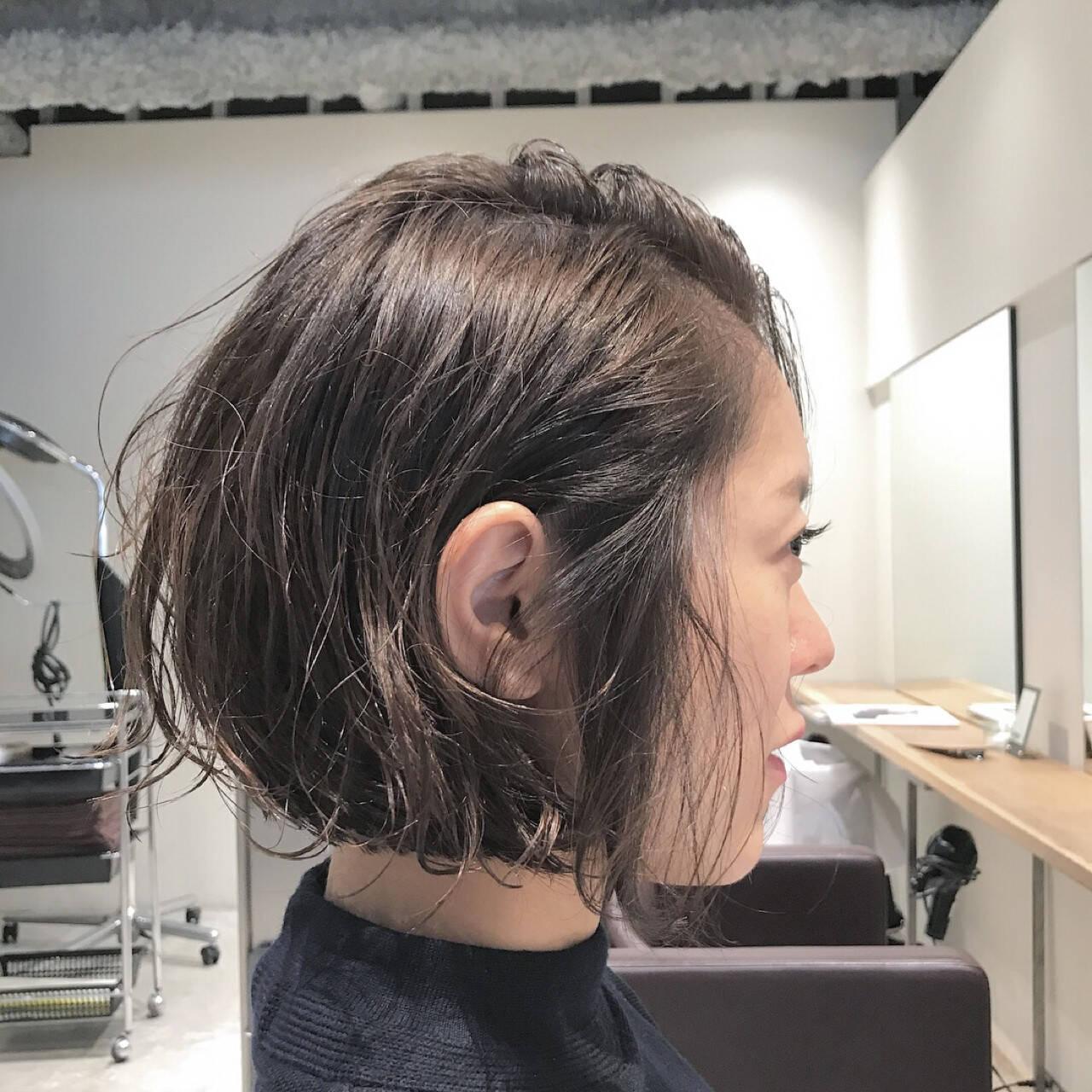 暗髪 ウェットヘア 外国人風 パーマヘアスタイルや髪型の写真・画像