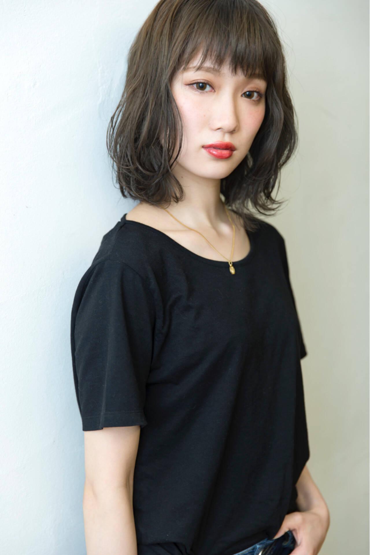 暗髪 くせ毛風 外ハネ ブルーアッシュヘアスタイルや髪型の写真・画像