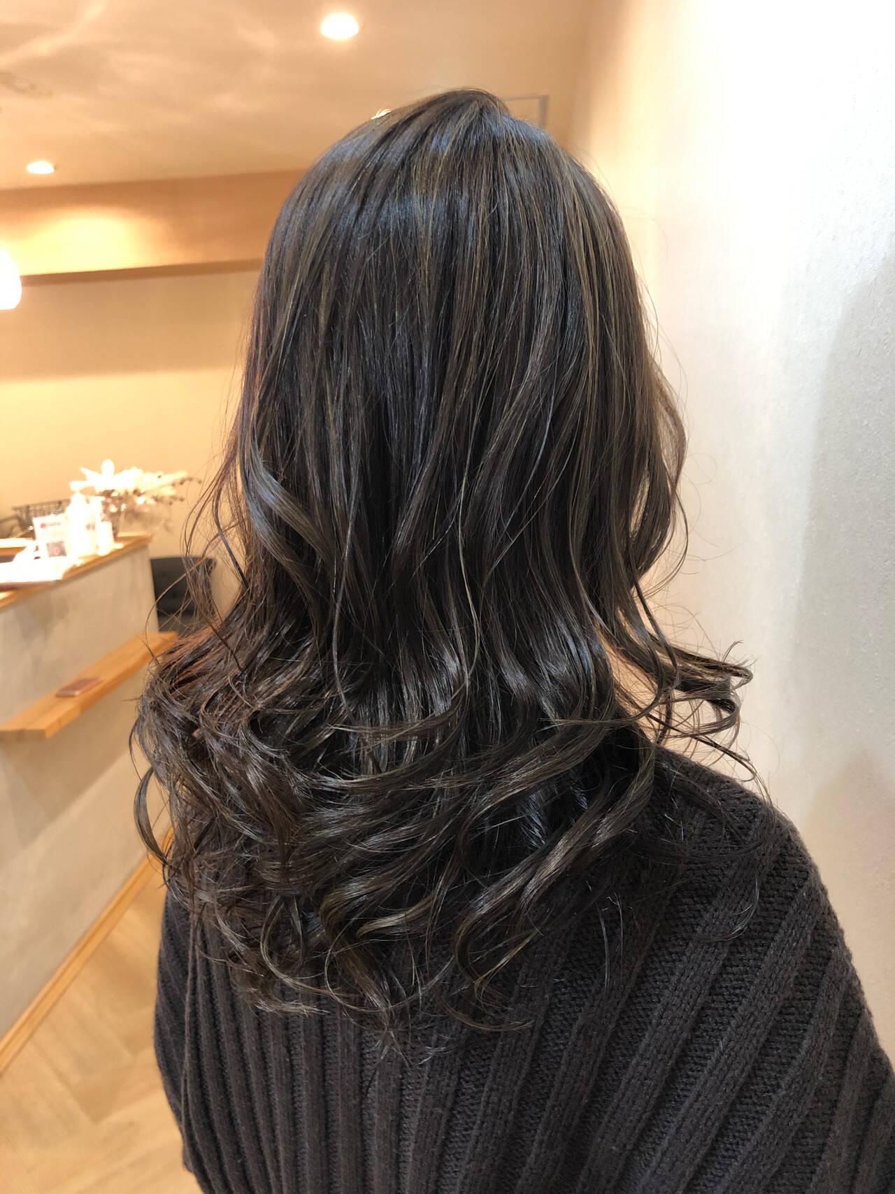 3Dハイライト アッシュグレージュ 大人ハイライト コンサバヘアスタイルや髪型の写真・画像
