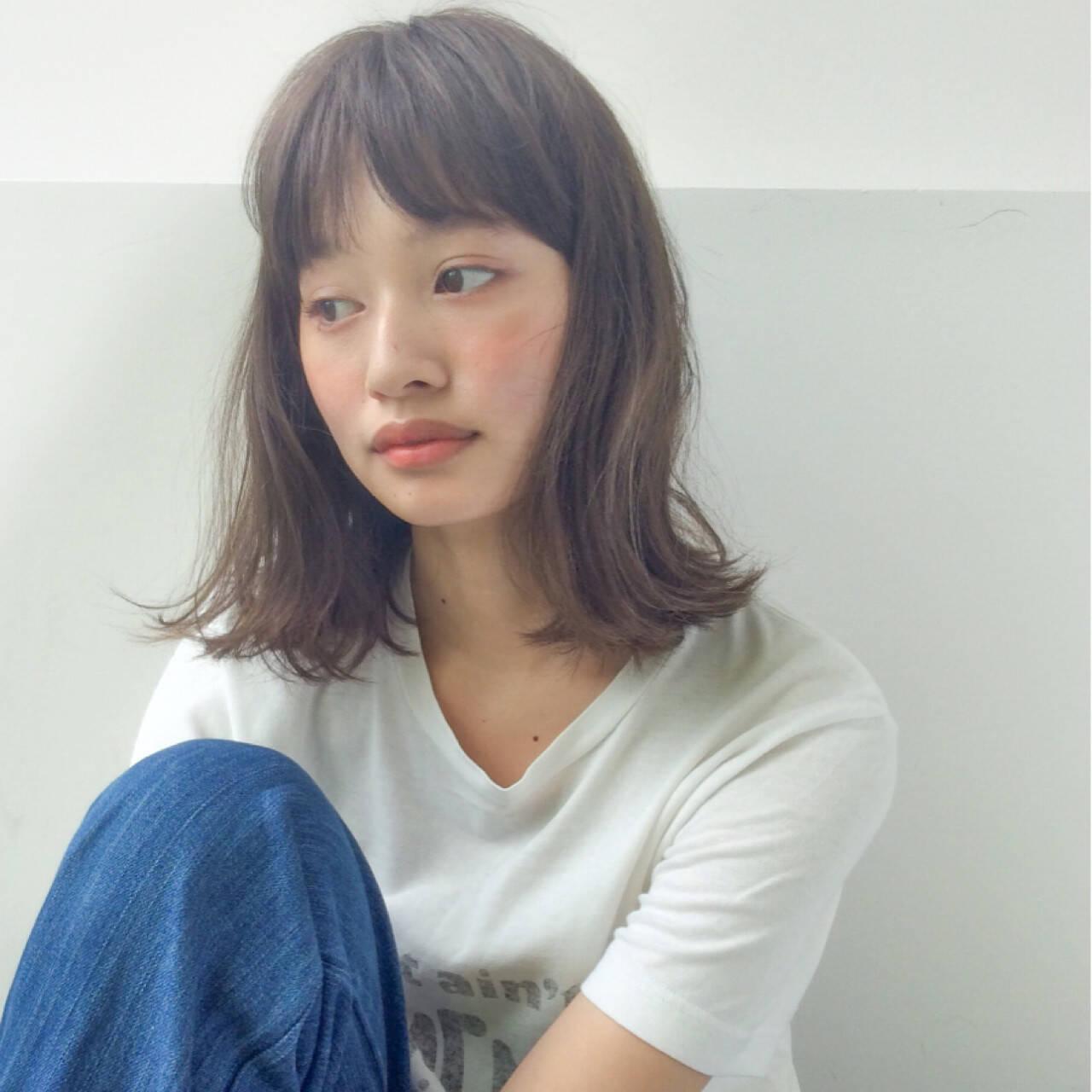 アッシュ ミルクティー ミディアム フリンジバングヘアスタイルや髪型の写真・画像
