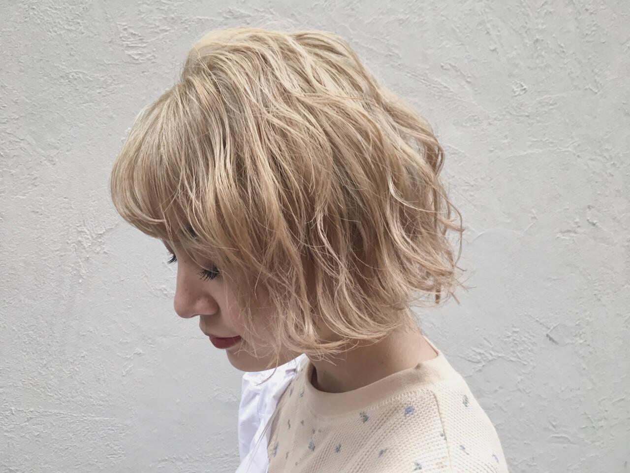 ハイトーン ウェーブ 金髪 モードヘアスタイルや髪型の写真・画像