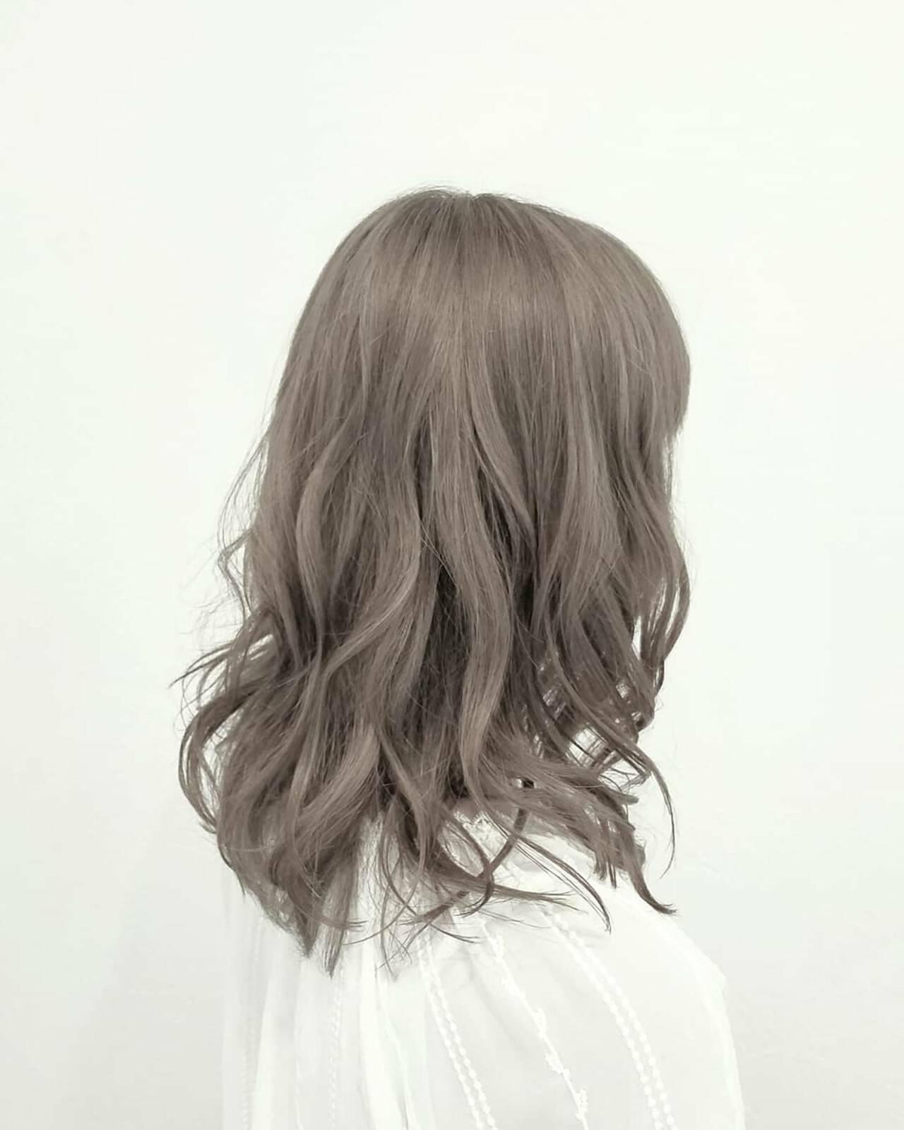 アッシュ ハイライト ハイトーン ミディアムヘアスタイルや髪型の写真・画像