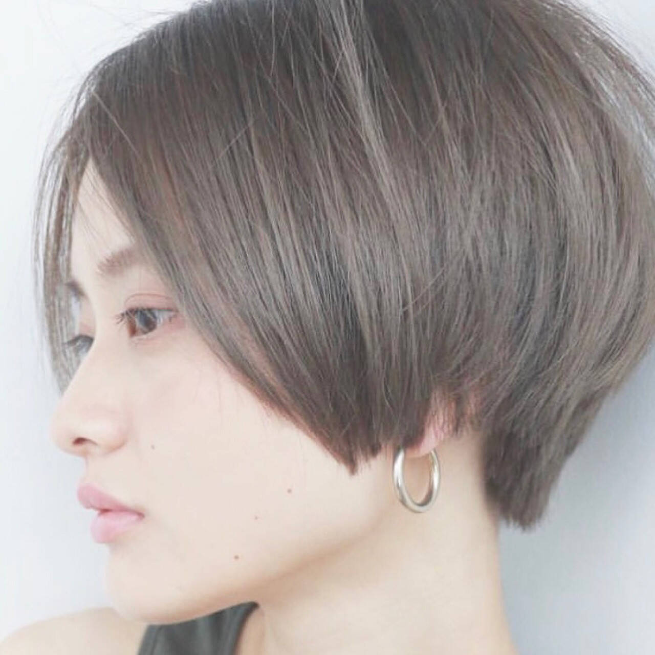 ショートボブ ストリート グレー ハイトーンヘアスタイルや髪型の写真・画像