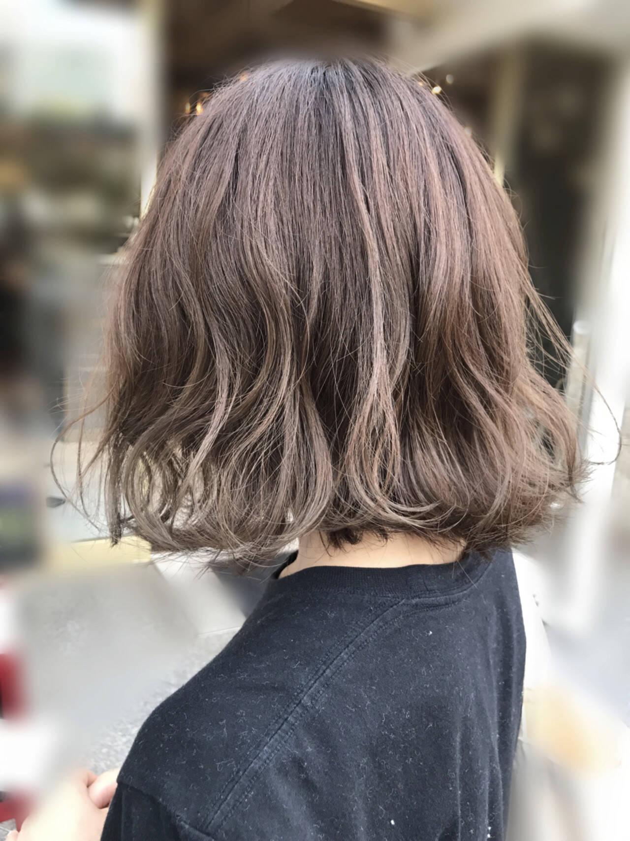 ボブ 外ハネ アッシュベージュ ハイライトヘアスタイルや髪型の写真・画像