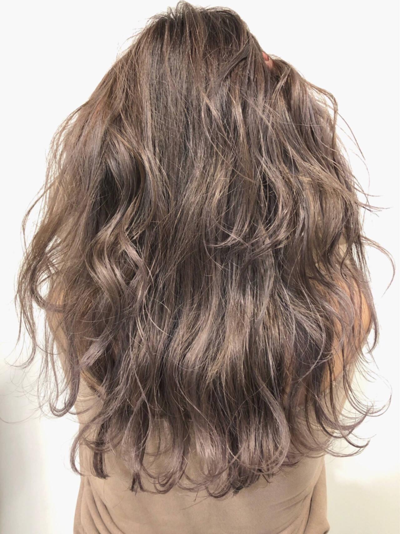 グレーアッシュ アッシュグレージュ モード バレイヤージュヘアスタイルや髪型の写真・画像