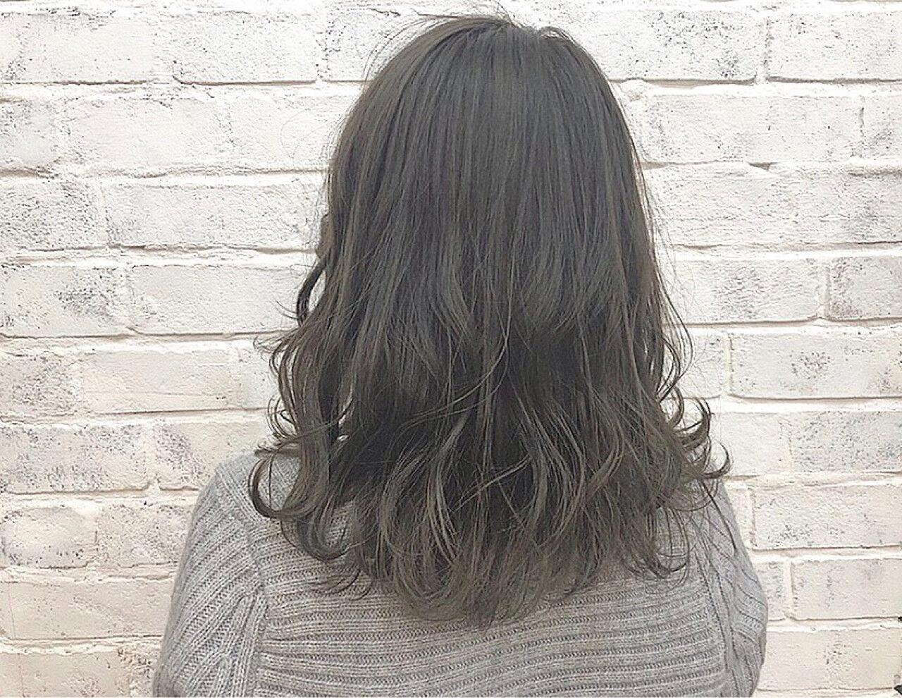 グレージュ ミディアム デート 透明感ヘアスタイルや髪型の写真・画像
