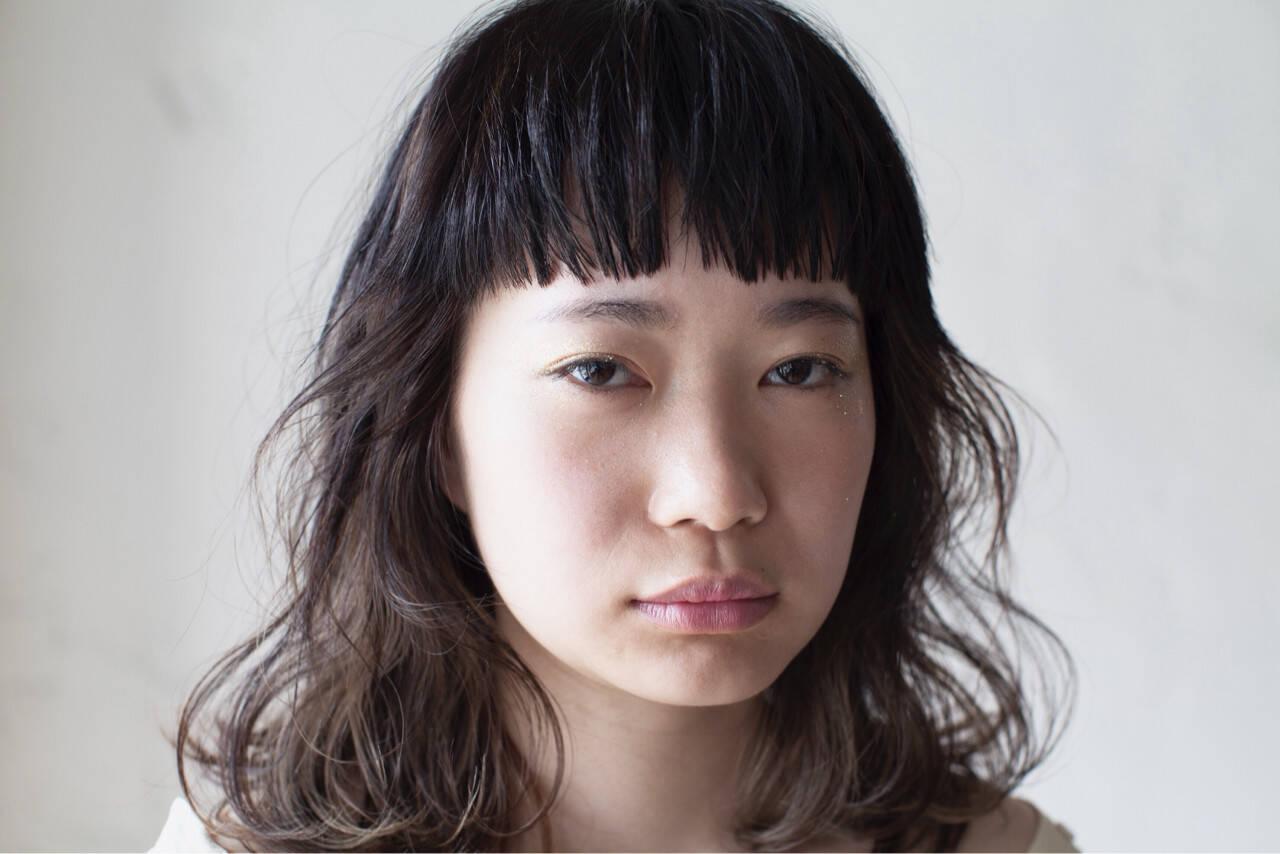 ミディアム パーマ ハイライト ナチュラルヘアスタイルや髪型の写真・画像