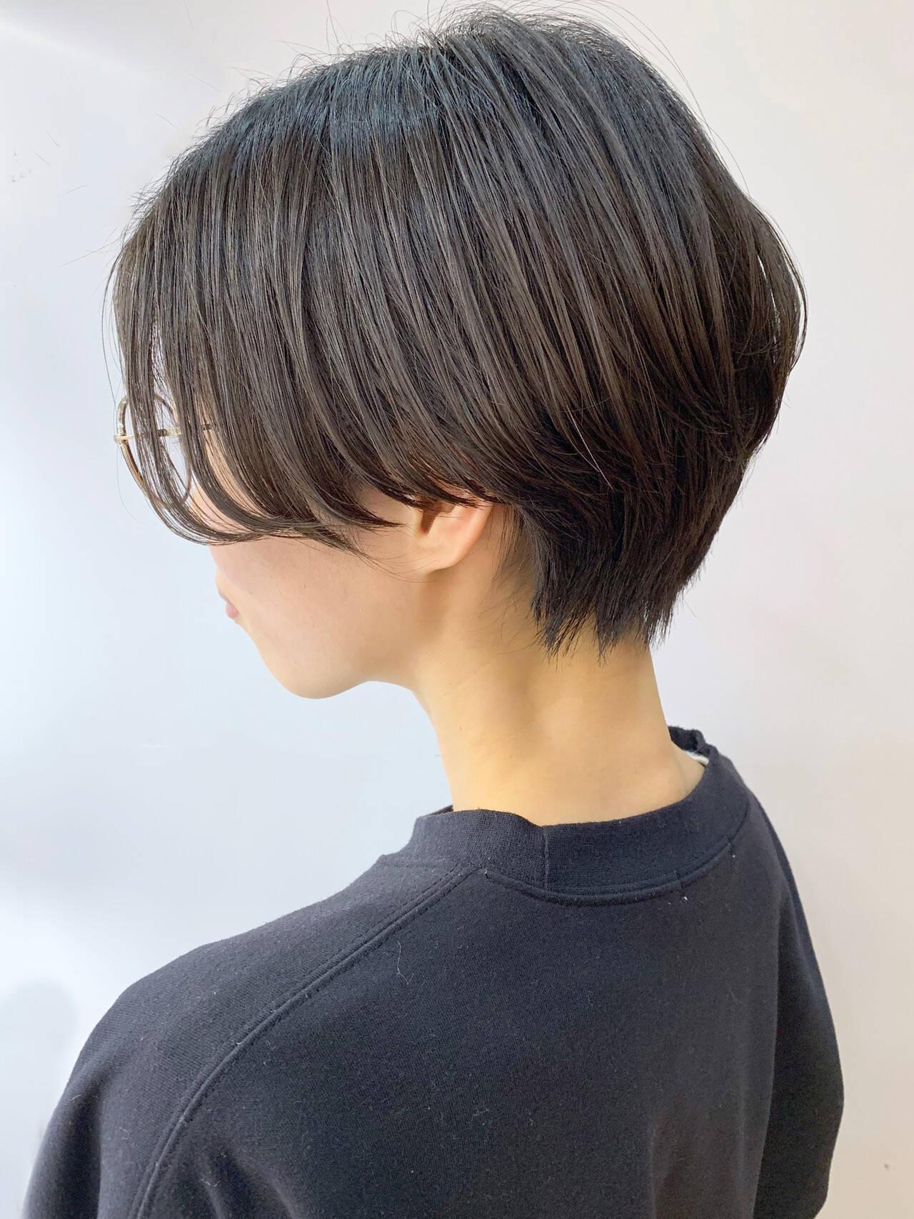 暗髪 ハンサムショート 前髪なし ナチュラルヘアスタイルや髪型の写真・画像