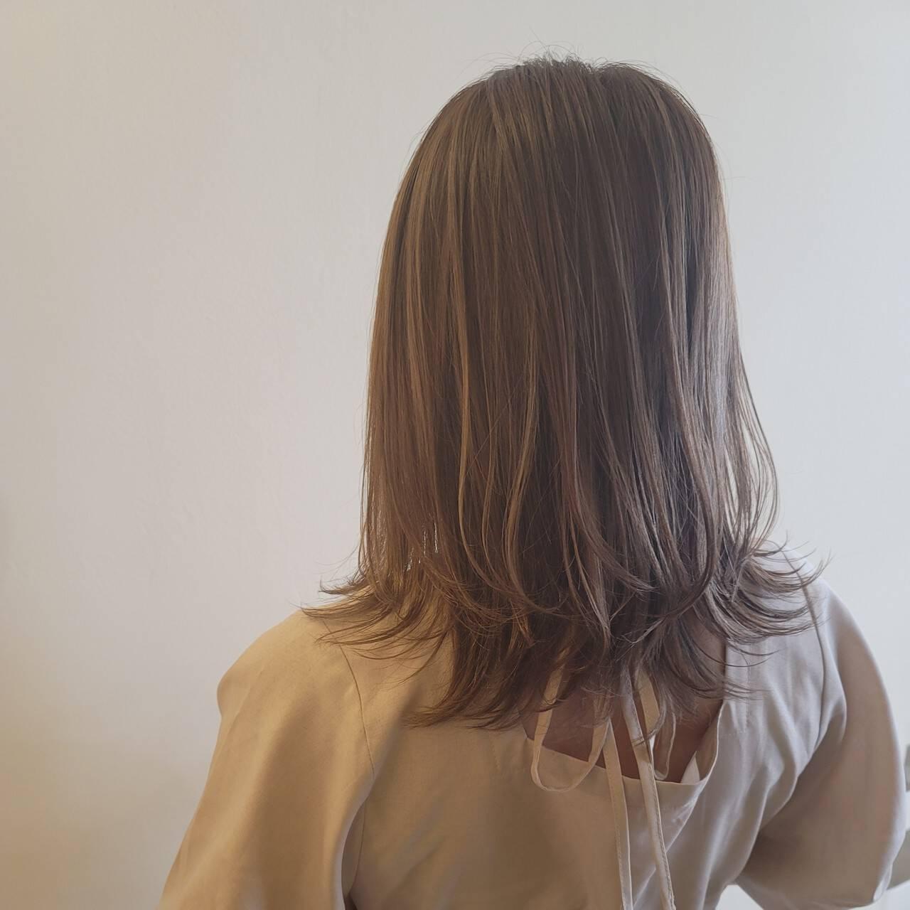 フェミニン ハイライト セミロング ミルクティーベージュヘアスタイルや髪型の写真・画像