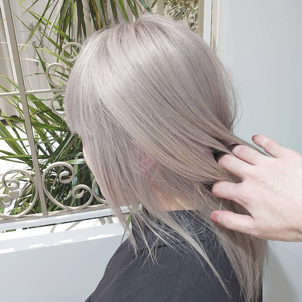 セミロング ホワイトカラー ホワイトアッシュ ホワイトヘアスタイルや髪型の写真・画像