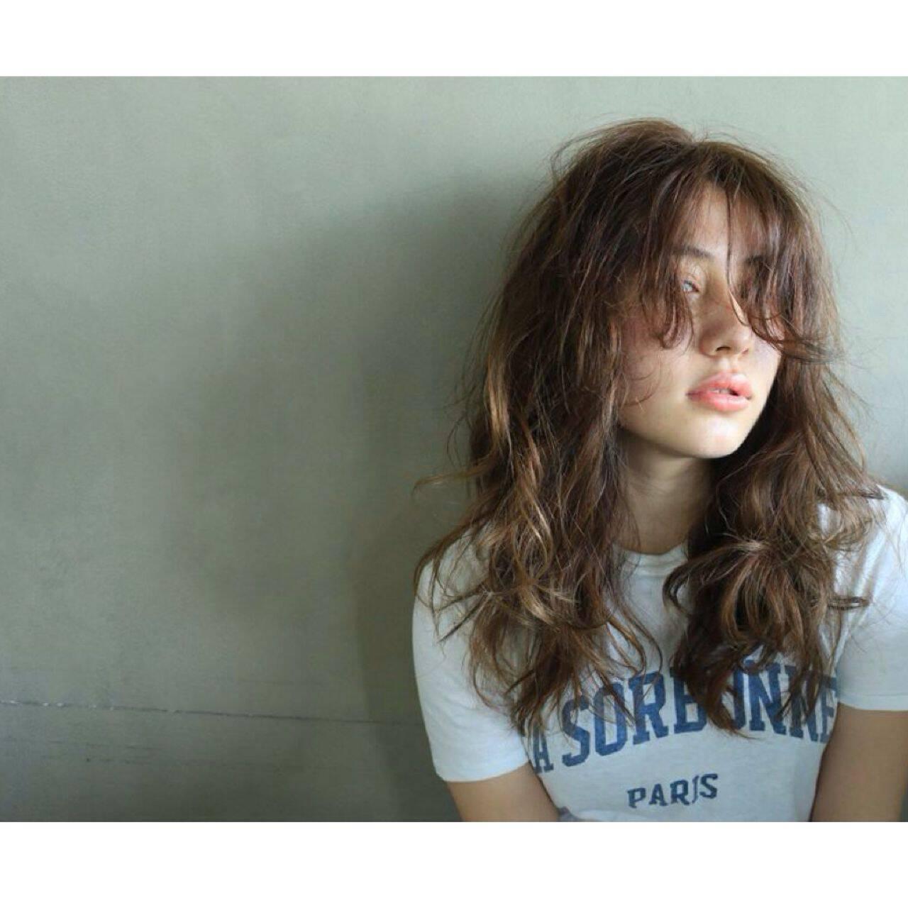 外国人風 センターパート ウェットヘア ウェーブヘアスタイルや髪型の写真・画像