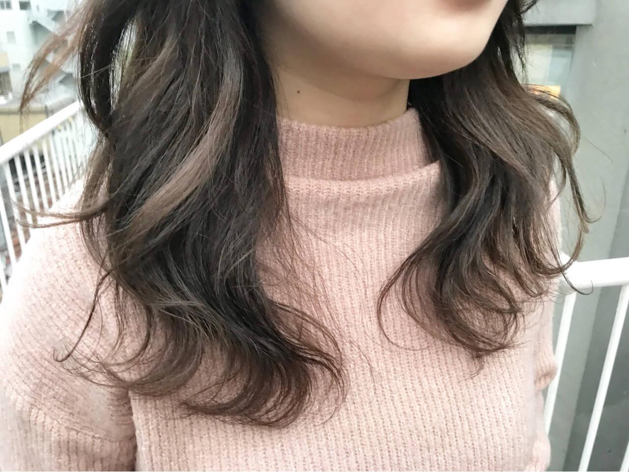 ベージュ グレージュ セミロング 波ウェーブヘアスタイルや髪型の写真・画像