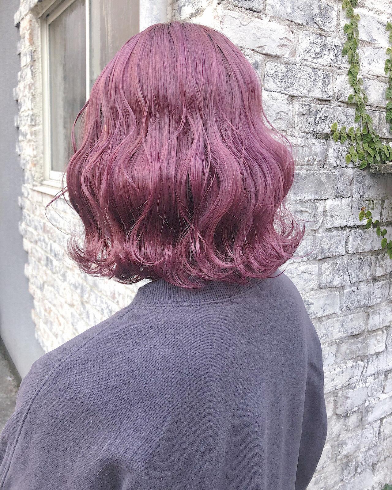 ラベンダーカラー 波ウェーブ ボブ ピンクカラーヘアスタイルや髪型の写真・画像
