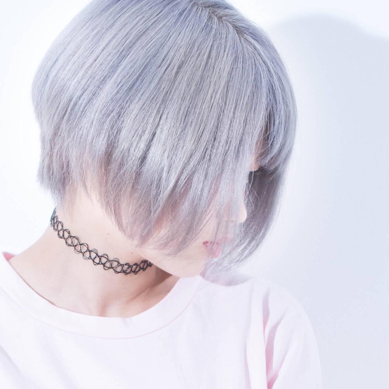 シルバーアッシュ ショートボブ ホワイトアッシュ ダブルカラーヘアスタイルや髪型の写真・画像
