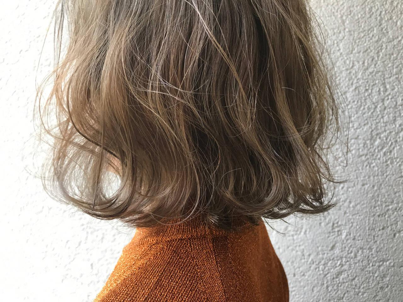 外国人風 グレー ミルクティーベージュ ナチュラルヘアスタイルや髪型の写真・画像