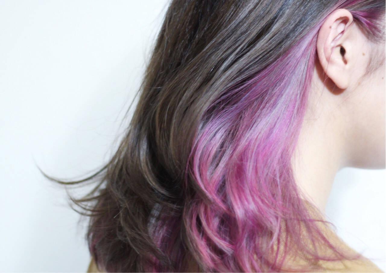 セミロング インナーカラー パープル レッドヘアスタイルや髪型の写真・画像