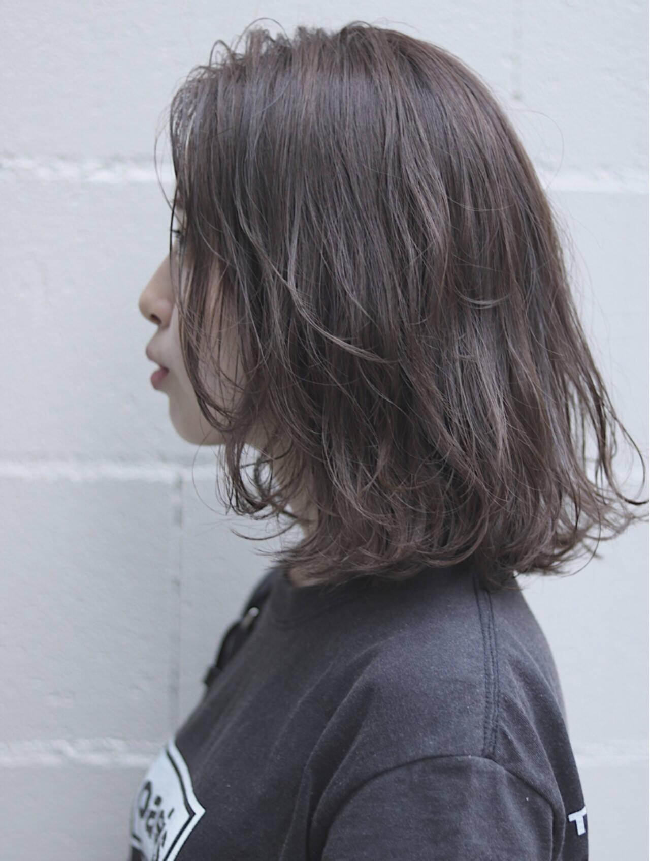 イルミナカラー ミディアム デート グレージュヘアスタイルや髪型の写真・画像