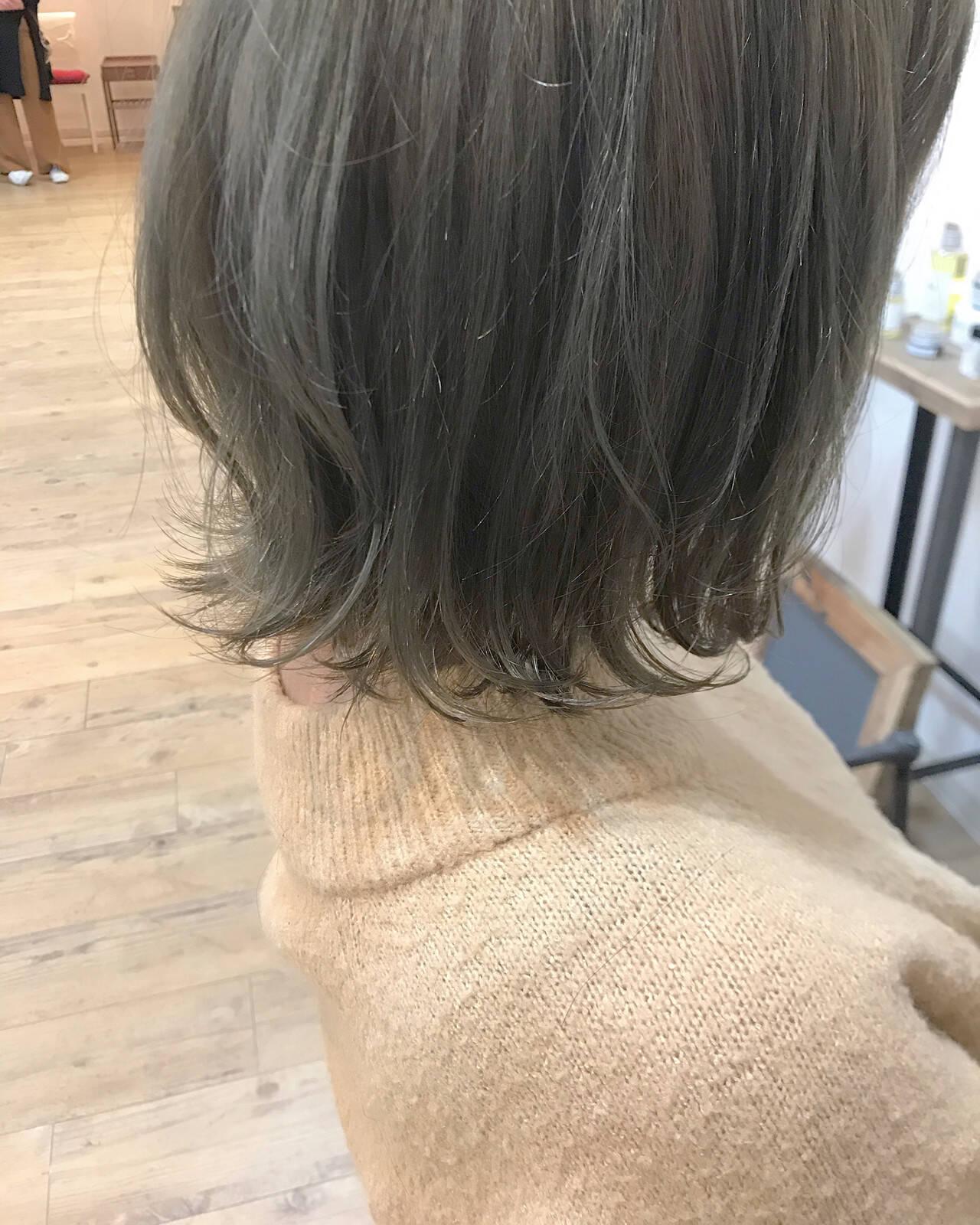 オリーブグレージュ フェミニン ミディアム カーキアッシュヘアスタイルや髪型の写真・画像