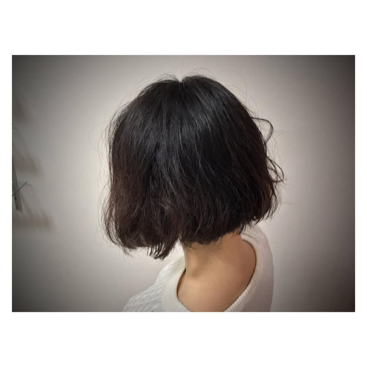 オフィス 黒髪 リラックス パーマヘアスタイルや髪型の写真・画像