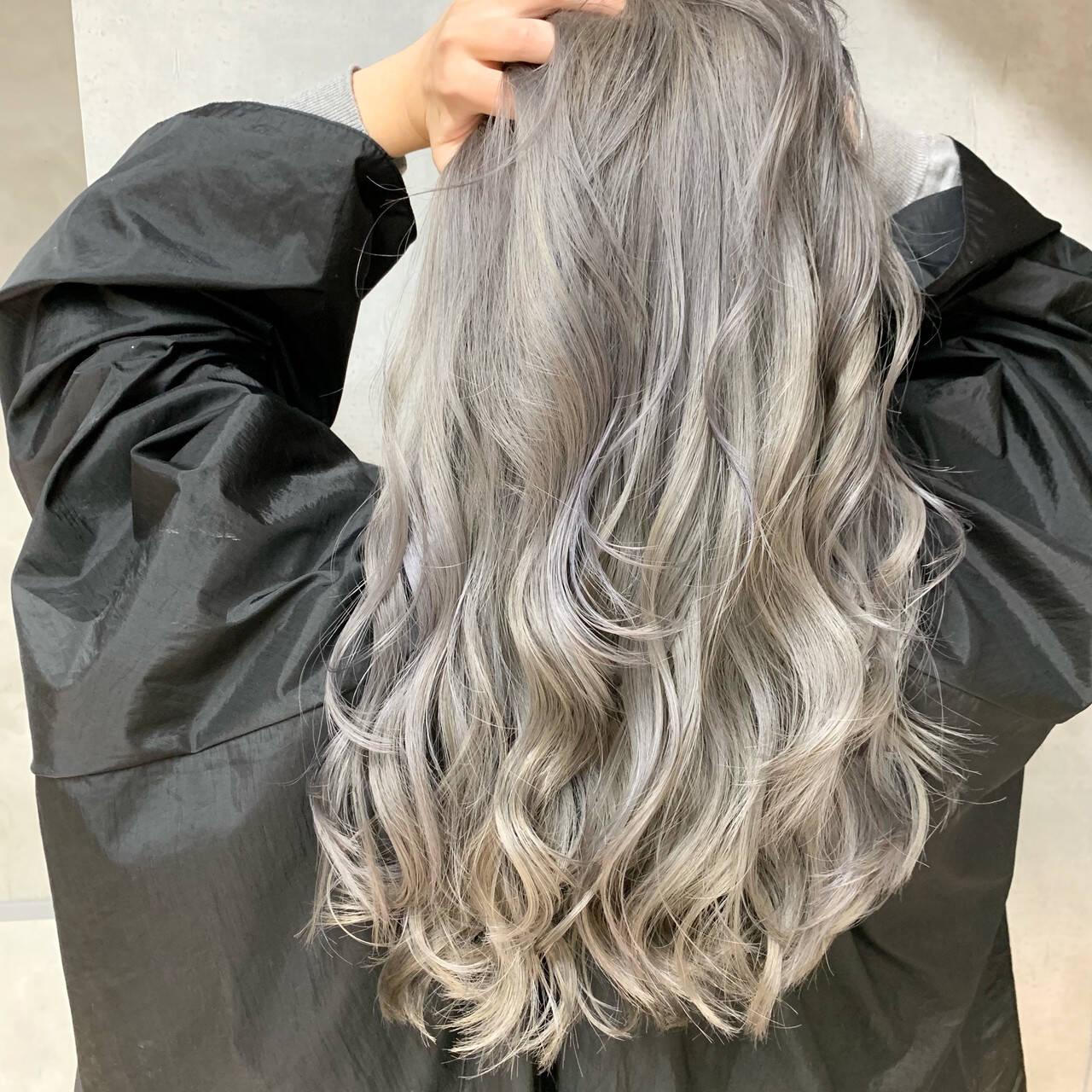 ロング プラチナブロンド ストリート ホワイトシルバーヘアスタイルや髪型の写真・画像
