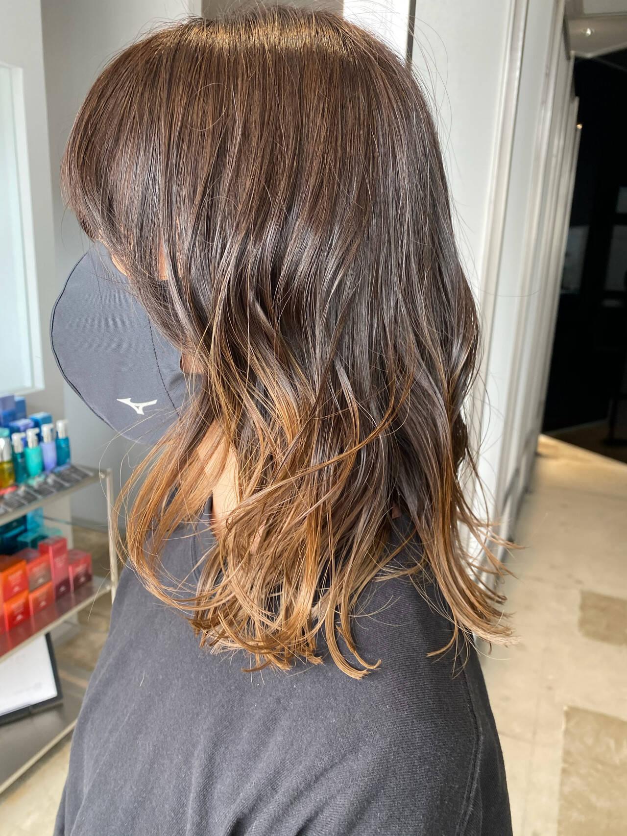 ミディアム ナチュラル グラデーションカラー シルバーグレージュヘアスタイルや髪型の写真・画像